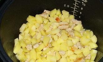 Курица тушеная в сметане с картошкой и помидорами в мультиварке